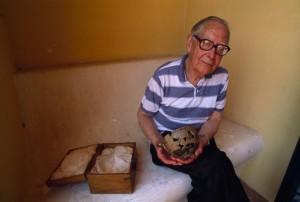 L'archeologo Giorgio Buchner (1914 - 2005) reca tra le mani la Coppa di Nestore