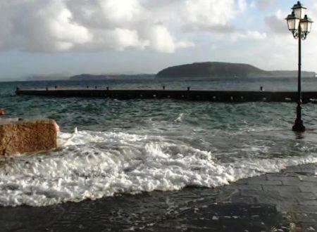 VENTO FORTE E MARE MOSSO, COLLEGAMENTI GARANTITI DA ALCUNE NAVI (VIDEO)