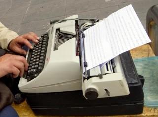 Un uomo scive a macchina, in un'immagine d'archivio. Tornano le vecchie, care macchine da scrivere tra gli 007 russi, dopo le recenti rivelazioni di Edward Snowden, la 'talpa ' del Datagate che ha inferto un altro duro colpo alla sicurezza delle informazioni digitali. E' quanto suggerisce, secondo gli esperti, un bando pubblicato sul sito delle aste pubbliche: il servizio delle guardie federali (Fso), che tutela la sicurezza delle più alte personalità dello Stato, ha indetto una gara per 20 macchine da scrivere, per un totale di 486 mila rubli (11.600 euro), come riferisce il quotidiano Izvestia. ANSA / CIRO FUSCO